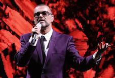 """Cantor britânico George Michael se apresenta durante turnê """"Symphonica"""", em setembro de 2012. George Michael está compondo um novo álbum enquanto se recupera de lesões na cabeça obtidas durante um acidente de carro no mês passado. 04/09/2012 REUTERS/Heinz-Peter Bader"""