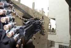 Сирийский повстанец держит оружие в пригороде Дамаска 31 марта 2013 года. Президент США Барак Обама санкционировал поставку американского оружия сирийским мятежникам, после того как Белый дом сообщил, что имеет доказательства использования правительством Башара Асада химического оружия. REUTERS/Ward Al-Keswani/Shaam News Network/Handout