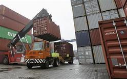 Контейнеры грузят на автотранспорт в порту Наньтуна в китайской провинции Цзянсу 8 мая 2013 года. Фиктивные счета раздули официальные показатели импорта и экспорта в Китае на $75 миллиардов в первые четыре месяца 2013 года, сообщили в пятницу местные СМИ, цитируя внутренний обзор министерства торговли. REUTERS/China Daily