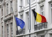 La Belgique devra économiser 524 millions d'euros supplémentaires cette année pour atteindre son objectif en matière de déficit budgétaire, fixé à 2,5% du PIB en 2013, en raison de la baisse des recettes fiscales dues à la stagnation de l'activité du pays. Pour 2014, il faudrait encore économiser 3,5 milliards d'euros pour atteindre l'objectif de déficit de 2%. /Photo prise le 16 mars 2012/REUTERS/Yves Herman