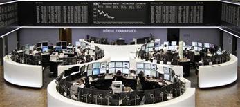 Помещение фондовой биржи во Франкфурте-на-Майне 4 июня 2013 года. Европейские акции растут за счет экономической статистики США после четырехдневного падения. REUTERS/Remote/Max Heinemann
