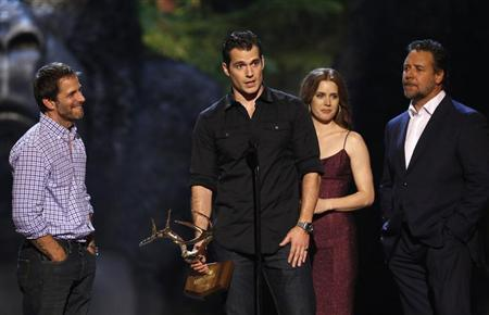 Cast member Henry Cavill speaks, accompanied by director Zack Snyder (L), co-stars Russell Crowe and Amy Adams as they accept the Most Anticipated Film award for ''Man of Steel'' at the seventh annual Spike TV's ''Guys Choice'' awards in Culver City, California June 8, 2013. REUTERS/Mario Anzuoni