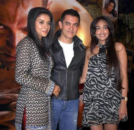 Bollywood actors Asin, Aamir Khan and Jiah Khan (L-R) pose at a party for their movie Ghajini in Mumbai December 30, 2008. REUTERS/Manav Manglani/FILE PHOTO