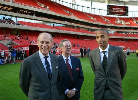 Britain's Duke of Edinburgh (L) is introduced to the Arsenal soccer squad by Thierry Henry (R) and chairman Peter Hill-Wood (C) as he officially opens the Emirates Stadium in London, October 26, 2006. REUTERS/Odd Andersen/AFP/WPA Pool