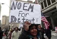Manifestation dans le centre de Detroit. L'administrateur de la ville de Detroit, Kevin Orr, a annoncé que la municipalité allait cesser d'honorer certaines dettes, dont l'une de 34 millions de dollars qui devait être remboursée ce vendredi. Detroit va proposer que certains créanciers acceptent une forte décote afin d'éviter la plus grosse faillite d'une ville depuis la création des Etats-Unis. /Photo prise le 7 mars 2013/REUTERS/Rebecca Cook