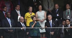 Presidente Dilma Roussef fala durante abertura da Copa das Confederações, ao lado do presidente da FIFA, Sepp Blatter (à esquerda de Dilma), no Estádio Nacional Mané Garrincha, em Brasília. Dilma declarou aberta a Copa das Confederações deste ano sob vaias da torcida, antes do jogo entre Brasil e Japão. 15/06/2013 REUTERS/Ueslei Marcelino