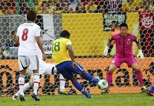 Paulinho chuta para marcar o segundo gol brasileiro na vitória por 3 x 0 sobre o Japão na Copa das Confederações, no Estádio Nacional Mané Garrincha, em Brasília. REUTERS/Kai Pfaffenbach