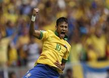 Neymar comemora gol que abriu caminho para a vitória do Brasil por 3 x 0 sobre o Japão no Estádio Nacional Mané Garrincha, em Brasília. 15/06/2013 REUTERS/Ueslei Marcelino
