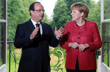 France's President Francois Hollande (L) and German Chancellor Angela Merkel arrive for a meeting at the Elysee Palace in Paris, May 30, 2013. REUTERS/Pierre Verdy/Pool