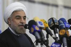 Избранный президент Ирана Хассан Роухани общается с прессой во время визита к мавзолею Хомейни в Тегеране 16 июня 2013 года. Политик и богослов Хассан Роухани, нанесший сокрушительное поражение консерваторам на президентских выборах в Иране, назвал свою победу триумфом умеренности над экстремизмом и пообещал придать новую тональность международной политике Исламской Республики. Reuters/Fars News/Seyed Hassan Mousavi