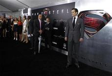 """Актер Генри Кавилл (справа) на мировой премьере фильма """"Человек из стали"""" в Нью-Йорке 10 июня 2013 года. """"Человек из стали"""", высокобюджетная реинкарнация киноэпопеи про Супермена, заработал за дебютный уикенд в Северной Америке $113,1 миллиона и с огромным перевесом стал лидером внутреннего проката. REUTERS/Lucas Jackson"""