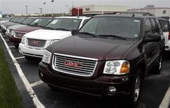 Выставленные на продажу автомобили GMC Envoy в городе Трой, Мичиган 23 июля 2006 года. General Motors Co отзывает порядка 231.000 внедорожников из-за риска возникновения короткого замыкания и возгорания. REUTERS/Rebecca Cook