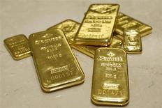 Слитки золота в хранилише трейдера Degussa в Цюрихе 19 апреля 2013 года. Цены на золото снижаются, в то время как инвесторы ждут новостей от ФРС относительно программы скупки облигаций. REUTERS/Arnd Wiegmann