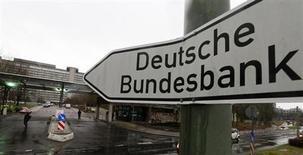Въезд на территорию Банка Германии во Франкфурте-на-Майне 4 февраля 2013 года. Признаки грядущего замедления роста экономики Германии в течение лета стали очевидными во втором квартале, предупредил в понедельник Бундесбанк. REUTERS/Kai Pfaffenbach