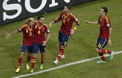Jogadores da seleção espanhola comemoram gol marcado por Pedro que abriu caminho para a vitória por 2 x 1 sobre o Uruguai, em Recife, pela Copa das Confederações. 16/06/2013 REUTERS/Ricardo Moraes
