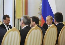 Президент России Владимир Путин представляет бюджетный план на заседании в Кремле 13 июня 2013 года. Число российских регионов, испытывающих проблемы с исполнением бюджета, выросло более чем втрое по сравнению с прошлым годом, сообщил глава Минфина, перед которым в числе других ведомств президент Владимир Путин поставил задачу найти деньги на все его предвыборные обещания. REUTERS/Mikhail Klimentyev/RIA Novosti/Kremlin