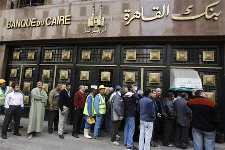 People stand in the line to make withdrawals outside Cairo Bank in downtown Cairo February 6, 2011. REUTERS/Amr Abdallah Dalsh
