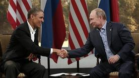 الرئيس الامريكي باراك اوباما (إلى اليسار) يصافح نظيره الروسي فلاديمير بوتين اثناء لقائهما في ايرلندا الشمالية يوم الاثنين. تصوير: كفين لامارك - رويترز