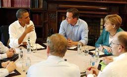 Президент США Барак Обама (слева) разговаривает с британским премьером Дэвидом Кэмероном (в центре) и немецким канцлером Ангелой Меркель на саммите G8 в Северной Ирландии 17 июня 2013 года. США и Евросоюз в понедельник начали переговоры о создании одной из самых амбициозных в мире зон свободной торговли. REUTERS/Kevin Lamarque