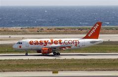 Самолет Easyjet садится в аэропорту Ниццы 21 марта 2012 года. Airbus заключил сделку с британский бюджетным авиаперевозчиком easyJet о поставке ему 135 самолетов на сумму около $11 миллиардов, сообщила авиакомпания на второй день авиавыставки в Париже. REUTERS/Eric Gaillard