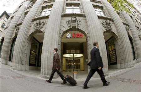 People walk past the headquarters of Swiss bank UBS in Zurich April 30, 2013. REUTERS/Arnd Wiegmann