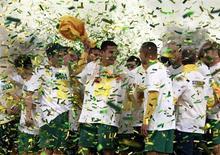Игроки сборной Австралии празднуют выход в финальную часть ЧМ-2014 после победы на Ираком в Сиднее 18 июня 2013 года. Сборная Австралии обыграла во вторник Ирак со счетом 1-0 и стала второй командой, гарантировавшей себе участие в финальной части чемпионата мира в следующем году. REUTERS/David Gray