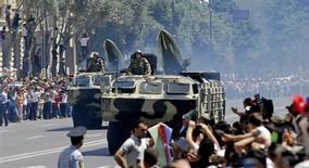 Бронетехника на параде в Баку 26 июня 2011 года. Россия начала поставки военной техники на сумму около $1 миллиарда усиливающему свою боеготовность в нестабильном регионе Азербайджану. REUTERS/Stringer