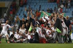 منتخب ايران يحتفل بالتأهل لنهائيات كأس العالم بعد الفوز على منتخب كوريا الجنوبية خلال المبارة التي اقيمت في سول يوم الثلاثاء. تصوير: كيم هونج جي - رويترز