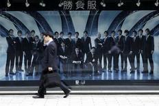 """Мужчина проходит мимо магазина товаров класса """"люкс"""" в Токио 16 мая 2013 года. Экономика Японии, вероятно, вырастет сильнее, чем ожидалось месяц назад, поддерживаемая агрессивными денежно-кредитными стимулами, несмотря на недавний взлет иены и резкое падение акций, свидетельствуют данные опроса Рейтер. REUTERS/Toru Hanai"""