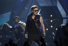 Cantor Justin Bieber se apresenta durante Billboard Music Awards em Las Vegas, nos Estados Unidos. A estrela pop Justin Bieber se envolveu em um acidente de trânsito no qual um fotógrafo que tentava tirar fotos do cantor em meio a uma multidão ficou ferido, segundo relatos da mídia de Los Angeles. 19/05/2013 REUTERS/Steve Marcus