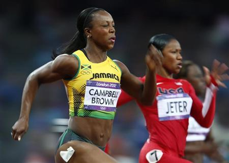 Jamaica's Veronica Campbell-Brown (L) finishes first in her women's 200m semi-final ahead of Carmelita Jeter of the U.S. during the London 2012 Olympic Games at the Olympic Stadium August 7, 2012. REUTERS/Eddie Keogh