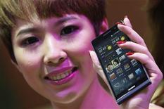 """Le chinois Huawei a présenté mardi à Londres l'Ascend P6, un """"smartphone"""" haut de gamme décrit comme le plus fin du monde et destiné à concurrencer les combinés de Samsung et d'Apple. /Photo prise le 19 juin 2013/REUTERS/Edgar Su"""