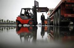 资料图片:上海洋山港附近的仓库,工人在用叉车向卡车上装载铜。REUTERS/Carlos Barria