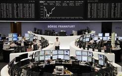 Les Bourses européennes sont en légère hausse à la mi-séance, les investisseurs attendant désormais les conclusions de la réunion de politique monétaire de la Réserve fédérale américaine. A 10h30 GMT, le CAC 40 était quasiment inchangé à 3.860,85 points tandis que la Bourse de Francfort s'adjugeait 0,43%. /Photo prise le 19 juin 2013/REUTERS/Remote/Lizza David