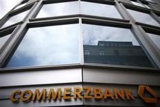 Commerzbank supprimera environ 3.000 emplois d'ici 2016 dans le cadre d'un plan de départs négocié, a déclaré mercredi le syndicat Verdi. /Photo prise le 10 mai 2013/REUTERS/Lisi Niesner