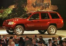 Посетители автошоу в Детройте стоят перед автомобилем 1999 Jeep Grand Cherokee, 16 июня 1998 года. Chrysler Group LLC отзовет 2,7 миллиона автомобилей Jeep, уступив требованиям американских регуляторов, недовольных недостаточной защитой бака машин. jch/photo by John C.