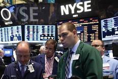 Wall Street a ouvert en petite baisse mercredi, les investisseurs espérant que la Fed ne donnera aucun signe de ralentissement de ses rachats d'actifs à l'issue de sa réunion de politique monétaire. Quelques minutes après le début des échanges, le Dow Jones perd 0,14%, le S&P-500 recule de 0,15% et le Nasdaq cède 0,04%. /Photo prise le 18 juin 2013/REUTERS/Brendan McDermid