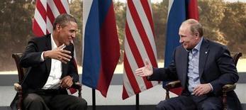 Президент США Барак Обама и российский лидер Владимир Путин на саммите G8 в Эннискиллене, Северная Ирландия 17 июня 2013 года. Обама заявил в среду о желании сократить ядерные арсеналы на треть и возобновить переговоры с Россией, не идущей на уступки Западу в вопросе о судьбе лидера охваченной гражданской войной Сирии. REUTERS/Kevin Lamarque