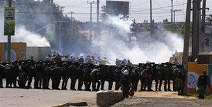 Polícia usa gás lacrimogêneo para dispersar manifestação antes da partida Brasil x México, em Fortaleza, pela Copa das Confederações. 19/06/2013 REUTERS/Kai Pfaffenbach