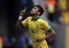 Atacante brasileiro Neymar comemora após marcar gol durante partida da Copa das Confederação contra o Japão no Estádio Nacional de Brasília. Neymar está um pouco mais magro do que o ideal e deve ganhar alguns quilos para jogar no futebol espanhol, disse o Barcelona, seu novo clube, nesta quarta-feira. 15/06/2013 REUTERS/Ueslei Marcelino