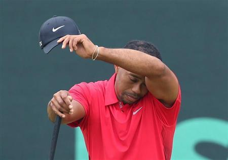 Tiger Woods of the U.S. wipes his face while on the second green during the final round of the 2013 U.S. Open golf championship at the Merion Golf Club in Ardmore, Pennsylvania, June 16, 2013. REUTERS/Adam Hunger