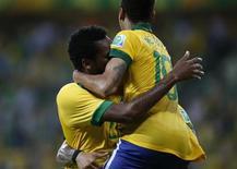 Neymar, do Brasil, comemora com Jô após Jô marcar o segundo gol da seleção durante partida contra o México no Estádio Castelão, em Fortaleza. 19/06/2013 REUTERS/Jorge Silva