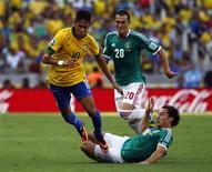 Neymar disputa bola com Andres Guardado, observado por Jorge Torres, durante partida contra o México pela Copa das Confederações, no estádio Castelão de Fortaleza. 19/6/2013. REUTERS/Kai Pfaffenbach