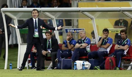 Italy's coach Cesare Prandelli (L) gestures during their Confederations Cup Group A soccer match against Japan at the Arena Pernambuco in Recife June 19, 2013. REUTERS/Ricardo Moraes