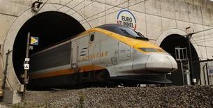 La Commission européenne a donné à la France et à la Grande-Bretagne deux mois pour répondre à sa demande de diminution des tarifs de l'Eurostar, faute de quoi elle pourrait saisir la justice. /Photo d'archives/REUTERS/Pascal Rossignol