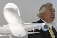 Le directeur commercial d'Airbus, John Leahy. Hong Kong Aviation Capital a signé un protocole d'accord portant sur l'acquisition de 40 Airbus A320neo et 20 A321neo au constructeur aéronautique, une commande qui représente 6,4 milliards de dollars aux prix catalogue. /Photo prise le 17 juin 2013/REUTERS/Pascal Rossignol