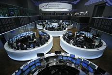Помещение Франкфуртской фондовой биржи 7 мая 2013 года. Европейские акции снижаются в связи с заявлением ФРС о намерении сократить объем скупки облигаций в этом году и низким производственным показателем Китая. REUTERS/Lisi Niesner