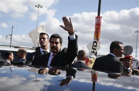 Venezuela's President Nicolas Maduro greets supporters after a meeting with Portuguese and Venezuelan businessmen in Lisbon June 18, 2013. REUTERS/Rafael Marchante