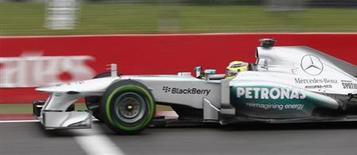 Piloto de Fórmula 1 da equipe Mercedes Nico Rosberg dirige durante treino qualificatório para o Grande Prêmio do Canadá, no circuito Gilles Villeneuve, em Montreal. A Federação Internacional de Automobilismo (FIA) acusou na quinta-feira a equipe Mercedes de violar o regulamento ao fazer um teste com a Pirelli no mês passado na Espanha, beneficiando-se do envolvimento com a fabricante de pneus. 8/06/2013. REUTERS/Chris Wattie