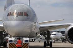 Boeing a annoncé jeudi avoir rassemblé au salon du Bourget 442 commandes fermes et options d'achat pour des avions. Au quatrième jour du 50e salon de l'Aéronautique et de l'Espace, l'avionneur américain a ajouté totaliser désormais 692 commandes nettes depuis le début de l'année. /Photo prise le 16 juin 2013/REUTERS/Pascal Rossignol